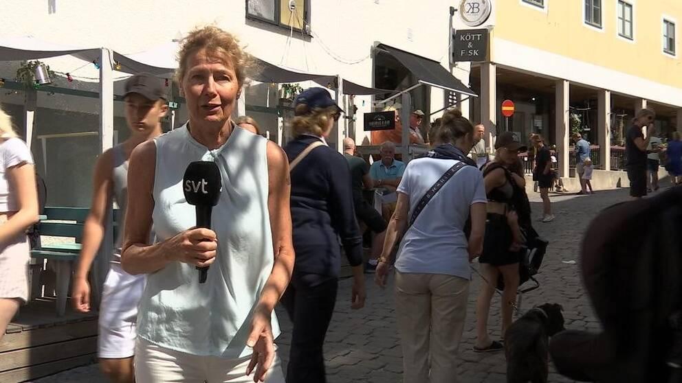 reporter Lena Liljeborg på gata i Visby
