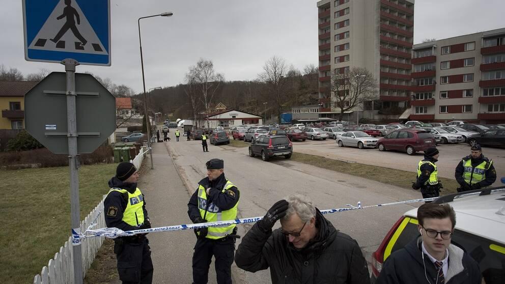 Polisen på platsen där tre personer hittades döda.