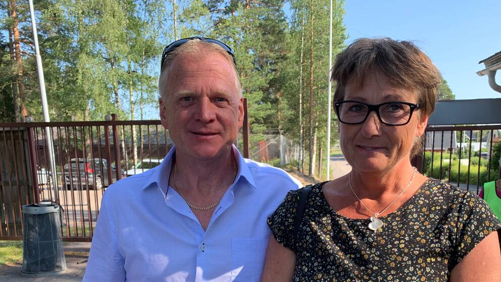 Stern Hollander och Monika Svensson i entrén till Orrskogen i Malung