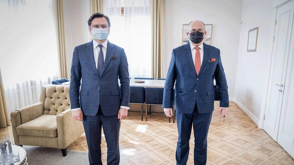 Ukrainas utrikesminister Dmytro Kuleba (vänster) och Polens utrikesminister Zbigniew Rau (höger).