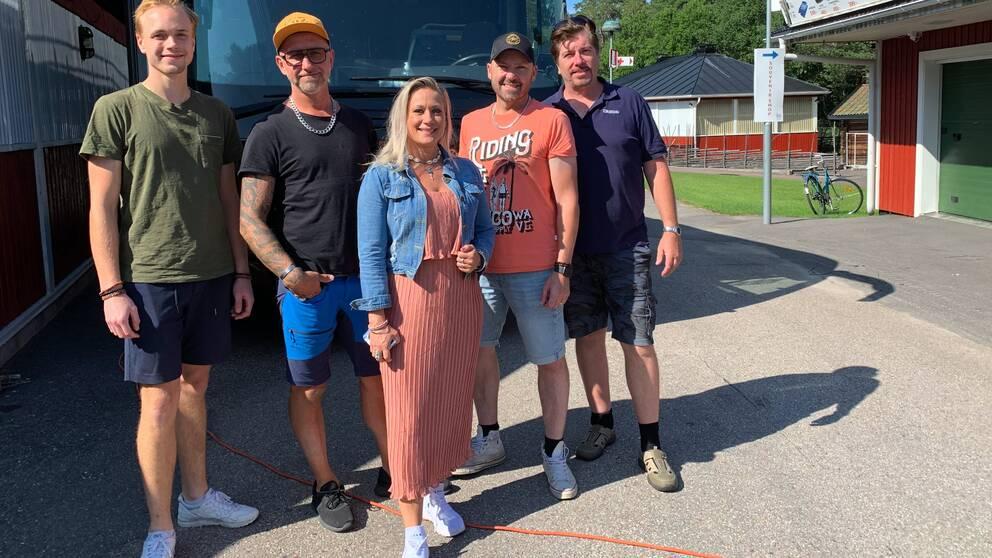 Bandet Blender utanför sin turnébuss