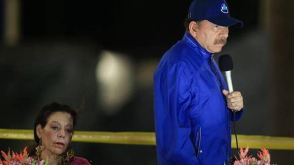 Nicaraguas president Daniel Ortega med sin hustru och vicepresident Rosario Murillo i bakgrunden. Arkivbild.