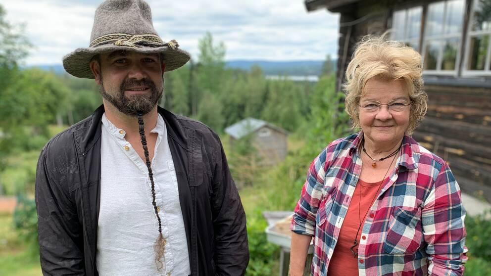 En man och en kvinna på en fäbod