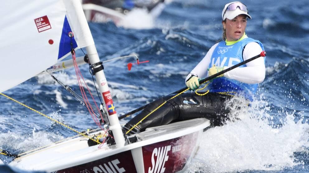 Josefin Olsson låg på tredje plats efter torsdagens segling i Laser Radial i Enoshima.