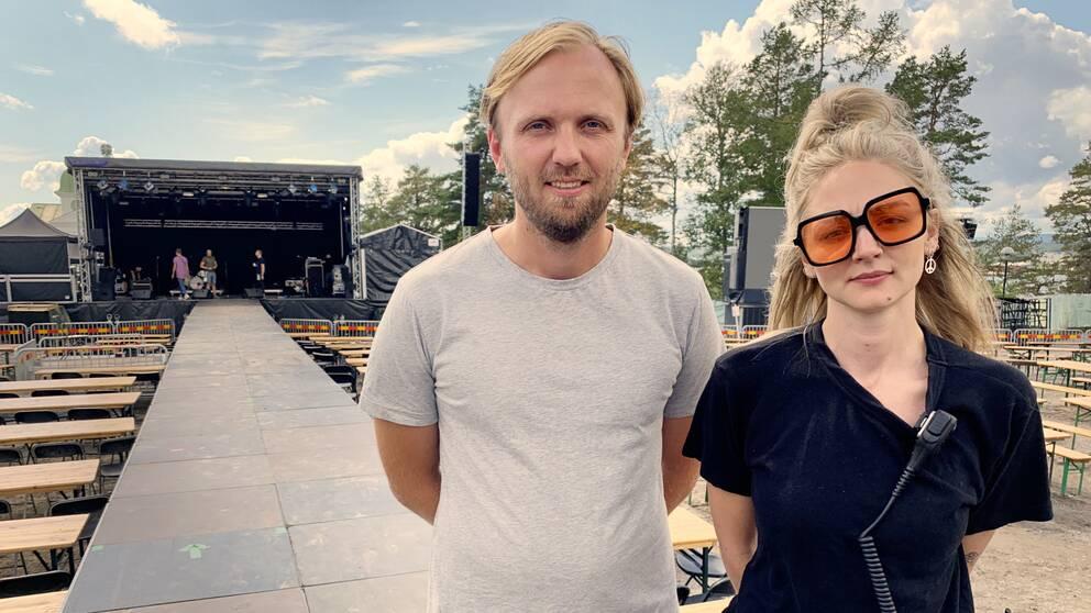 En man och en kvinna står framför en scen på Köpmanberget i Hudiksvall.