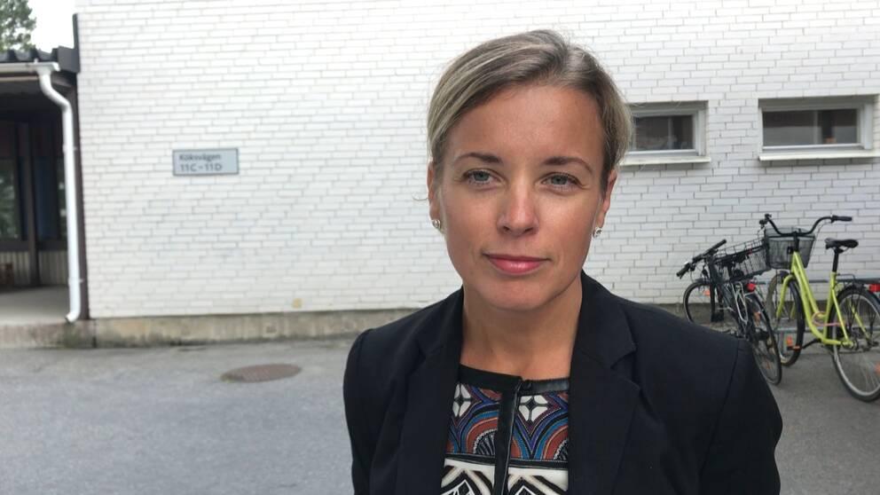 Bild på smittskyddsläkare Therese Thunberg, utomhus, cyklar i bakgrunden.
