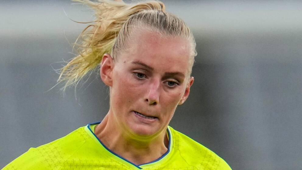 Stina Blackstenius i duell med USA:s Becky Sauerbrunn under matchen Sverige-USA på Tokyo Stadium i den olympiska fotbollsturneringen för damer