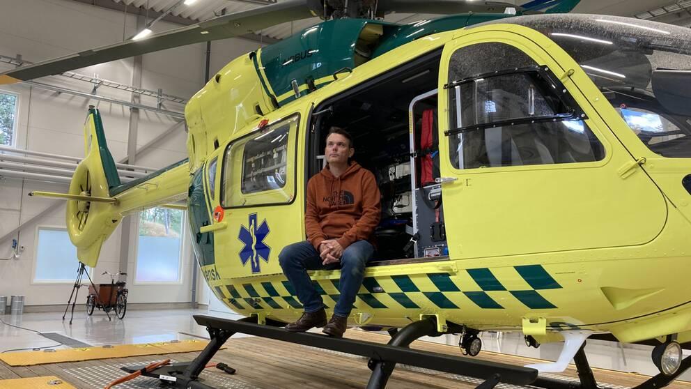 Fredrik Helliksson sitter i en ambulanshelikopter