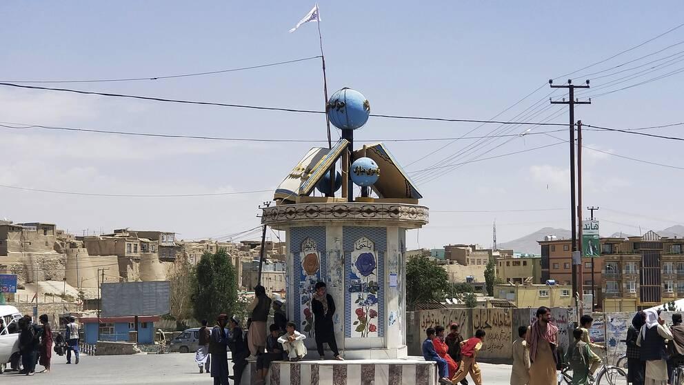 På ett torg i staden Ghazni har talibanerna hissat en flagga.
