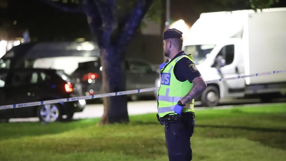 Polis på plats efter skottlossningen i Fittja.