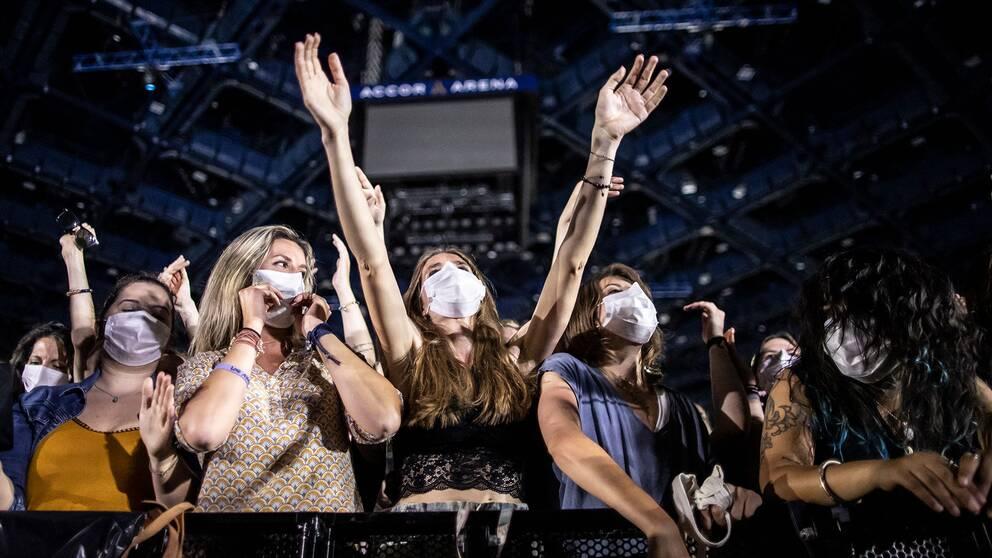 Publiken bär munskydd under en konsert i Frankrike i våras. I Sverige dröjer det ytterligare med lättade publiktrestriktioner, på grund av smittläget.