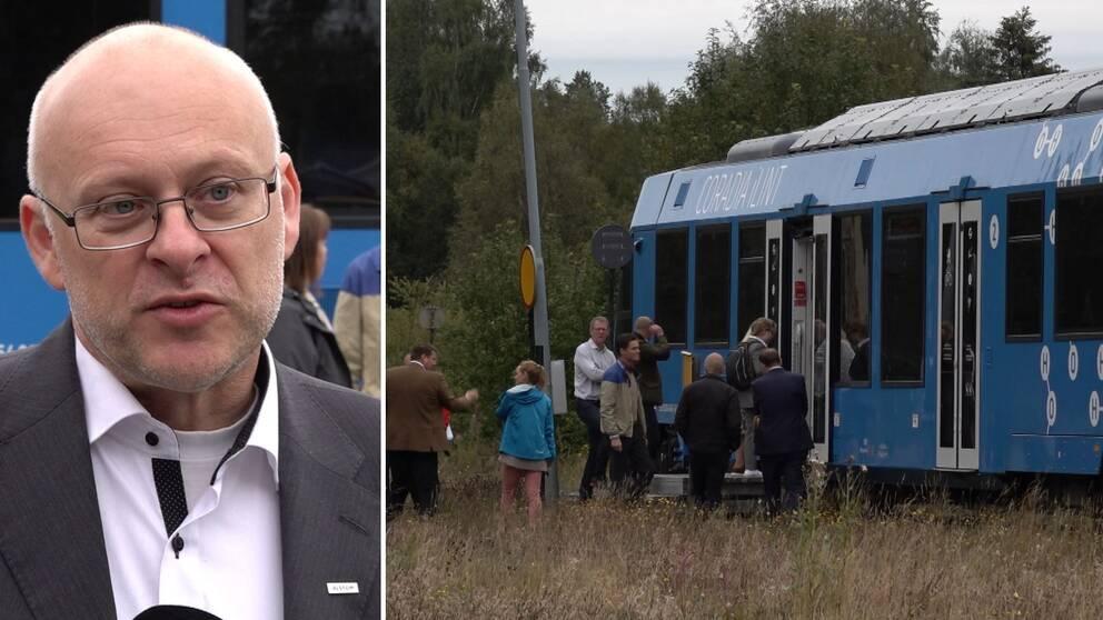 Delad bild. Till vänster skallig man med glasögon, klädd i vid skjorta och grå kavaj. Till höger blått tåg med passagerare utanför.