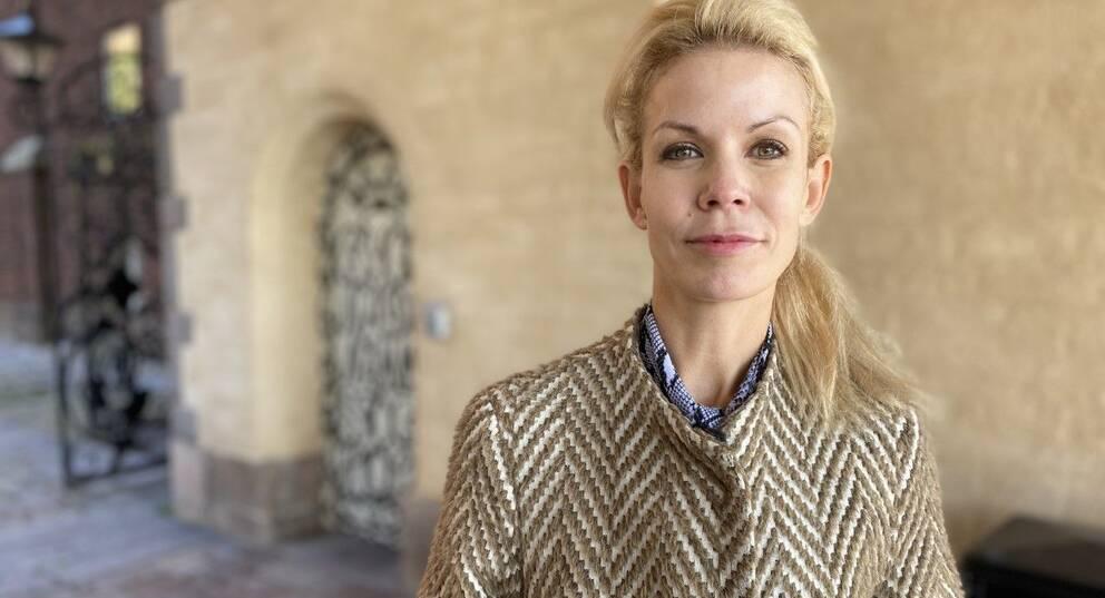Finansborgarrådet Anna König Jerlmyr (M) stående på stadshusets innergård.