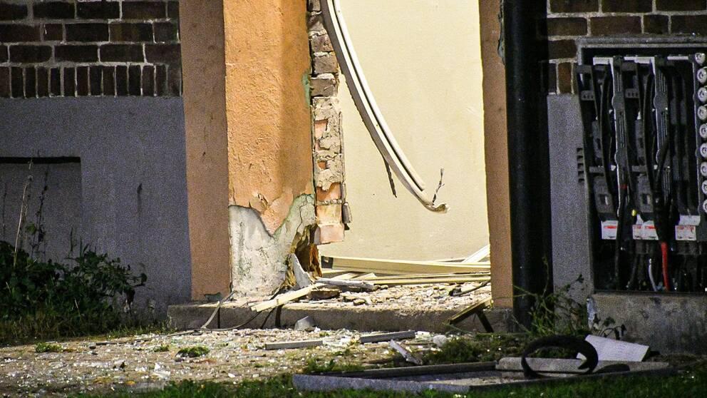 Entré bortsprängd, mängder av fönsterrutor krossade efter detonationen på Norra Ljunggatan i Helsingborg.