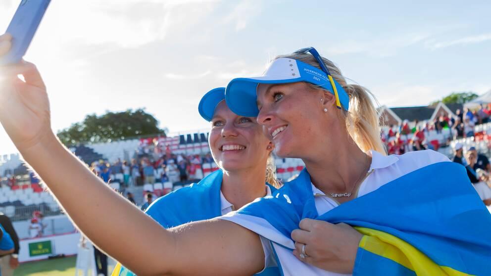 Anna Nordqvist (till höger) tar en selfie med Madelene Sagström efter segern.