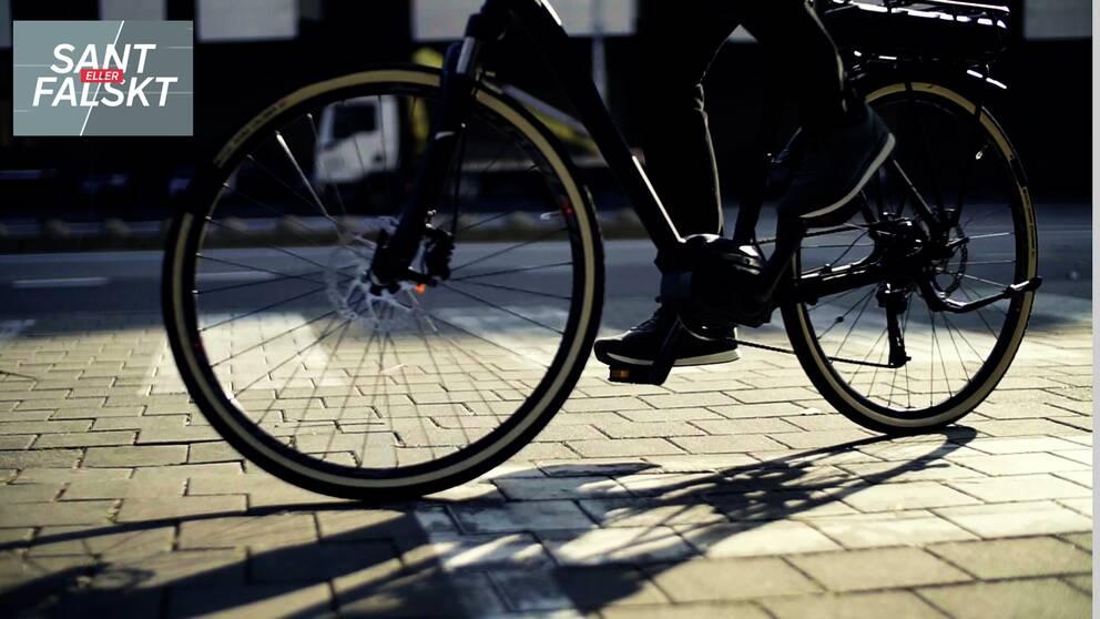 Cykel med cyklist utomhus.