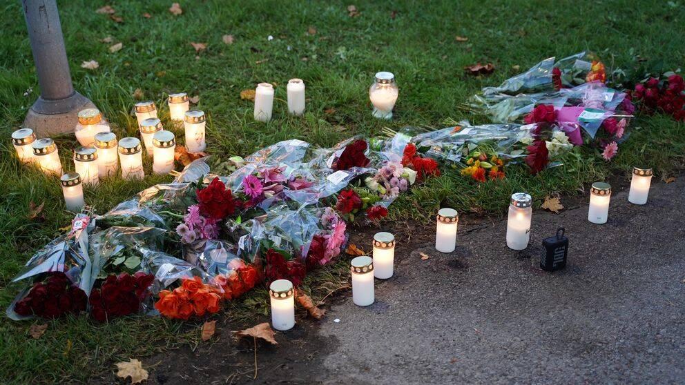 Ljus och blommor på misstänkt mordplats i Växjö.