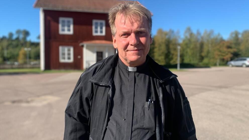 Hör prästen Johan Bonander berätta om känslorna i bygden, kvällens minnesstund och Posomgruppens arbete.
