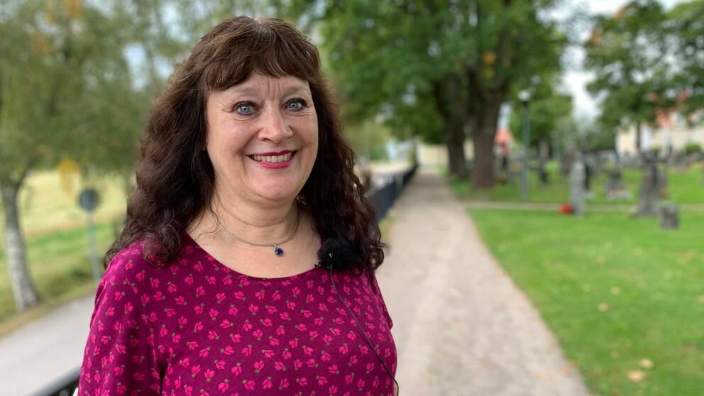 Karin Perers (C), ordförande i Kyrkomötet, utanför Folkärna kyrka