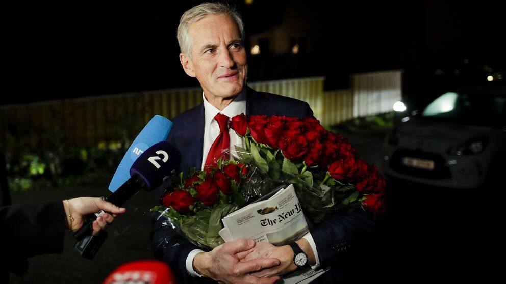 Arbeiderpartiets ledare Jonas Gahr Støre på väg hem till sitt hem i Oslo efter en lång valkampanj.