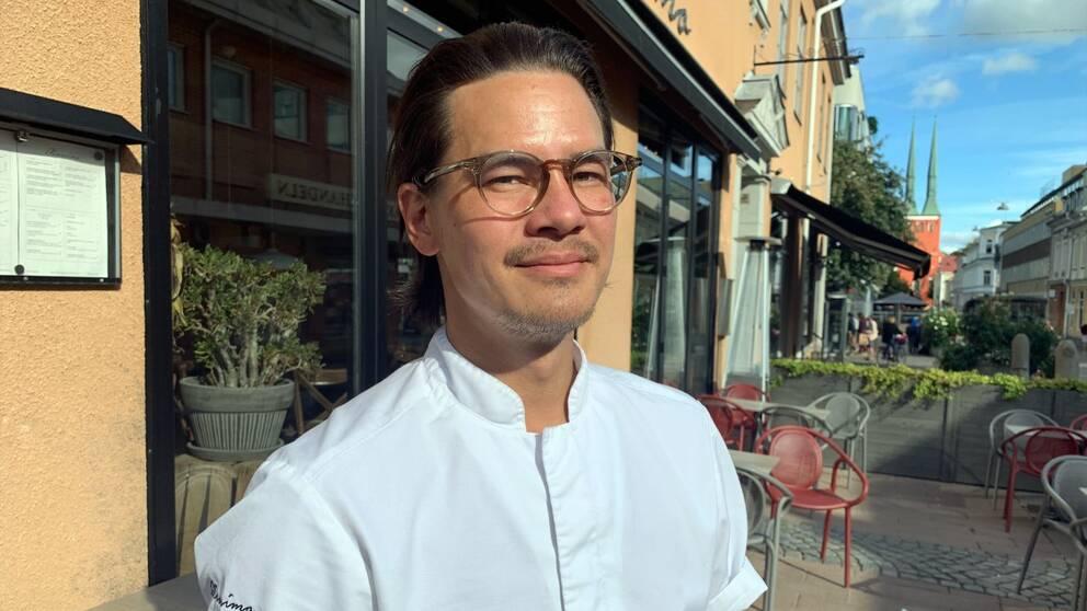 Restaurangägaren Martin Hultenheim framför sin restaurang i Växjö