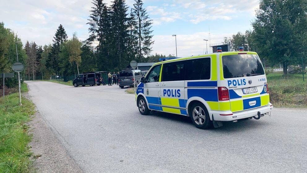 Polisens insatsstyrka syns utanför Karsuddens sjukhusområde.
