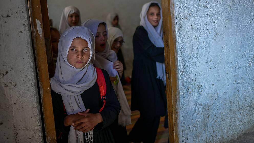 Flickor vid en skola för yngre elever i Kabul.