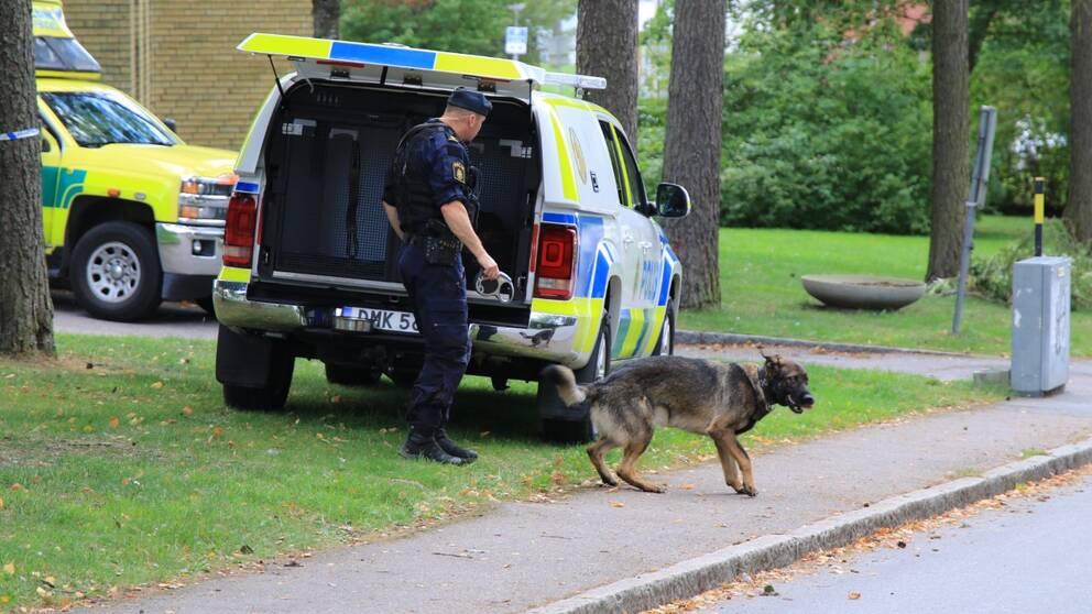 Polis arbetar i närheten av den misstänkta brottsplatsen.