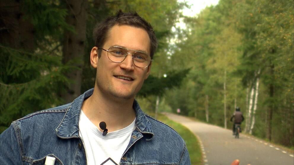 Filmaren Nils Granberg blir intervjuad vid en cykelväg.