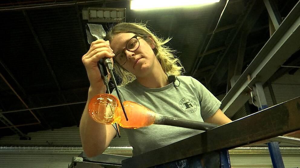 Linnea Skånberg, lärling på glasbruket, formar glas