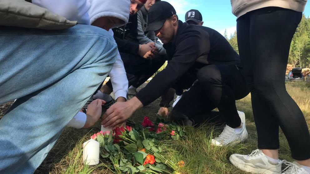 Under fredagen samlades ett tiotal ungdomar från Vetlanda för att tända ljus och hedra sina vänner som omkom i en svår trafikolycka på torsdagen.