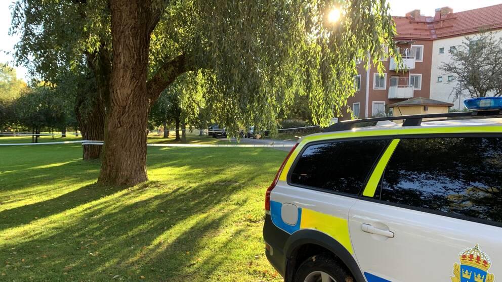 Polisbil och avspärrning i bostadsområdet Rosta i Örebro.