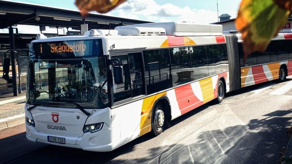 Buss från Östgötatrafiken kör in i Linköpings resecentrum.