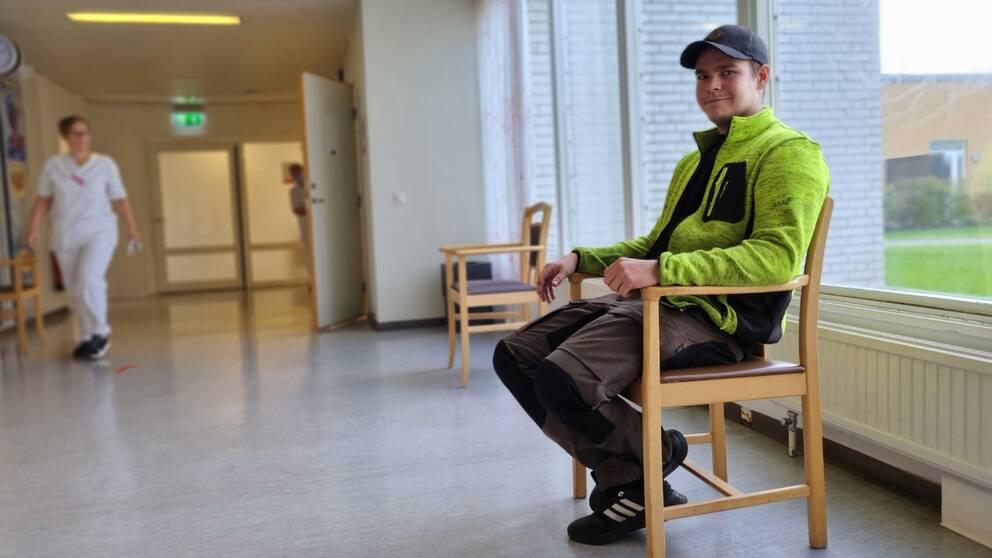23-åriga Gustaf Fresén Dahllöf bor i Högsby kommun. Han har tagit sig till hälsocentralen i Högsby för att få sin första dos vaccin under drop in.
