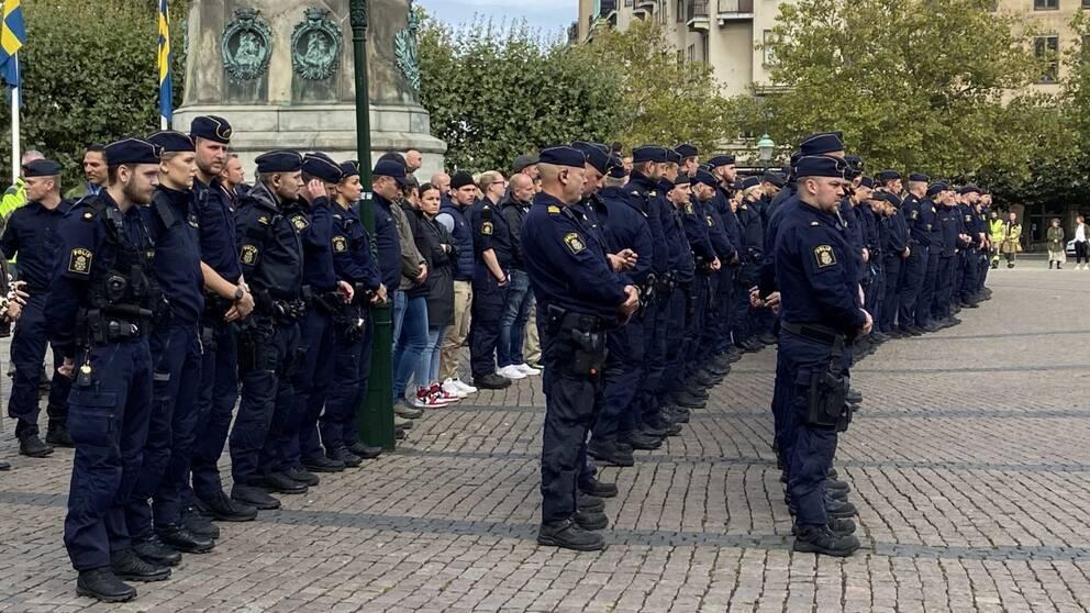 Poliser och malmöiter hedrar de två omkomna poliserna på Stortorget i Malmö.
