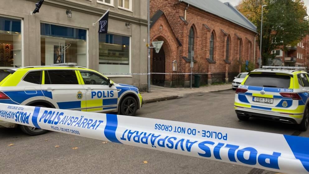 Grovt våldsbrott i centrala Gävle, polisbilar, avspärrat