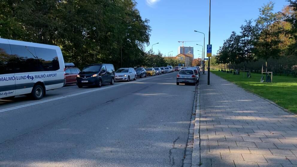 Bilden visar en lång bilkö längs Pildammsparken i Malmö.