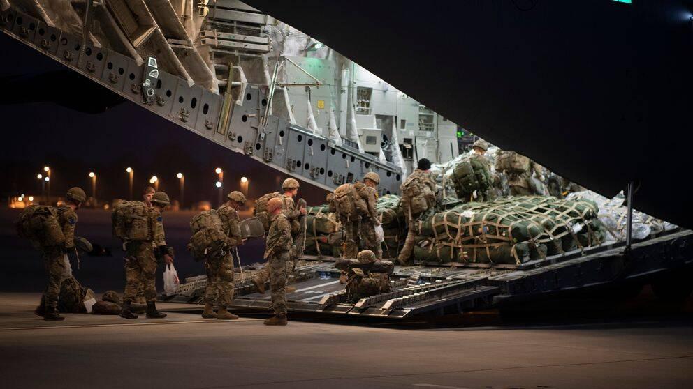 Amerikanska fallskärmssoldater på väg till övningen Defender Europe från Pope flygbas i North Carolina, USA.