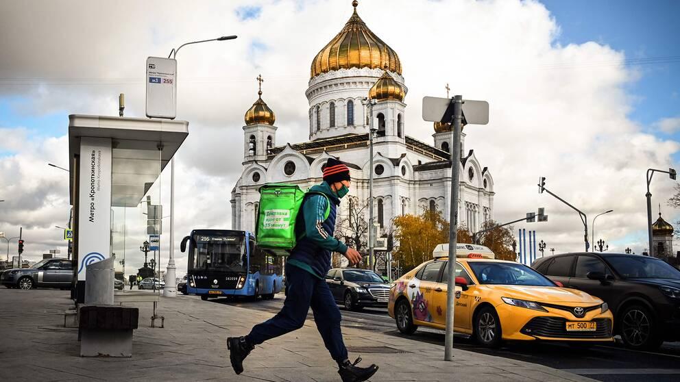 Ett matbud med ansiktsmask utanför katedralen i centrala Moskva.