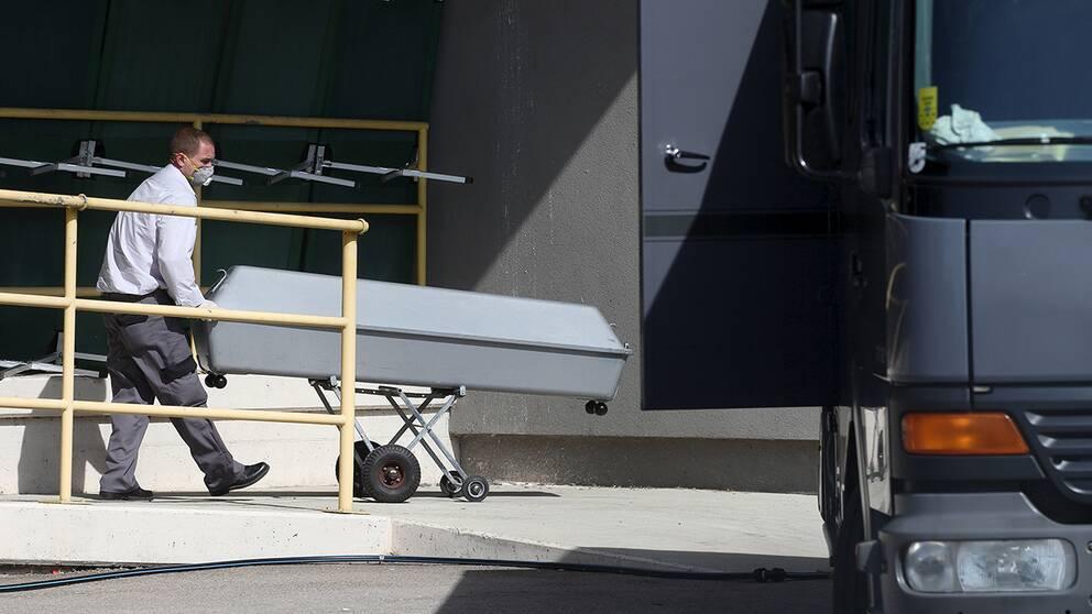 71 personer hittades döda i en lastbil på en motorvägen i Österrike. Fyra av de döda ska vara barn.