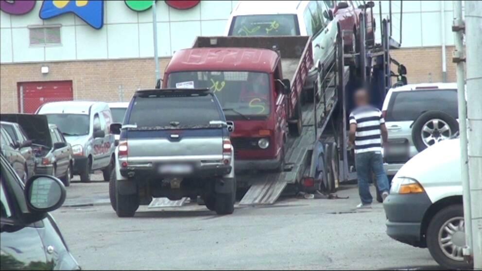 Varje dag lastas biltransporter fulla och svenskregistrerade bilar försvinner ur landet.