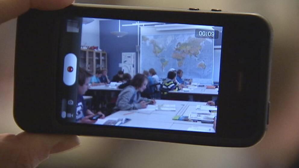 Elever filmade med mobilkamera