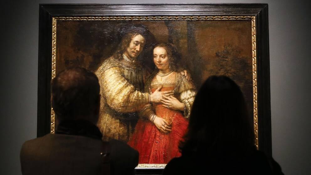 """Besökare på National Gallery i London betraktar Rembrandts """"Den judiska bruden""""."""