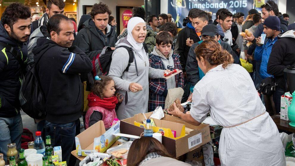 Mat och dricka delas ut på Malmö Central till flyktingarna.