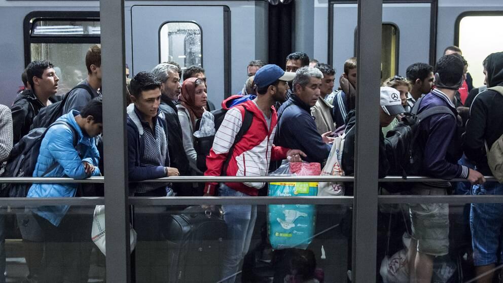 """Redan på järnvägsstationerna möts nyanlända flyktingar av extremistiska värvare och """"hjälpare"""""""