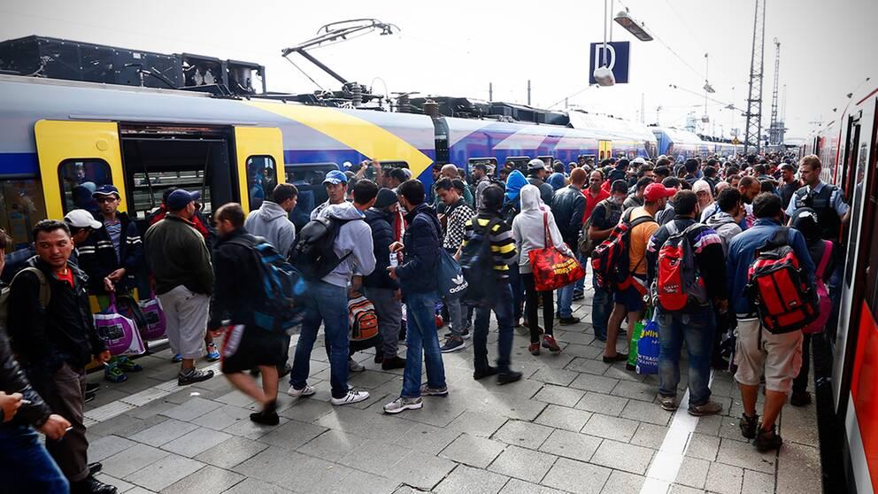 Flyktingar köar för att ta tåget i München, Tyskland.