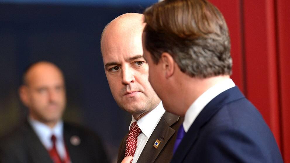 Statsminister Fredrik Reinfeldt och Storbritanniens premiärminister David Cameron i samspråk
