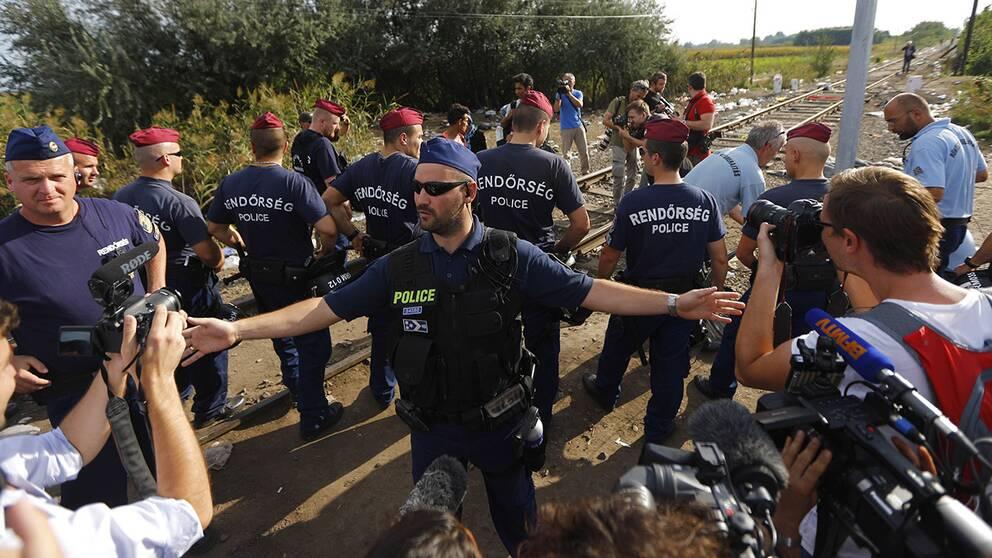Ett dussintal ungerska poliser blockerar gränsen till Serbien.
