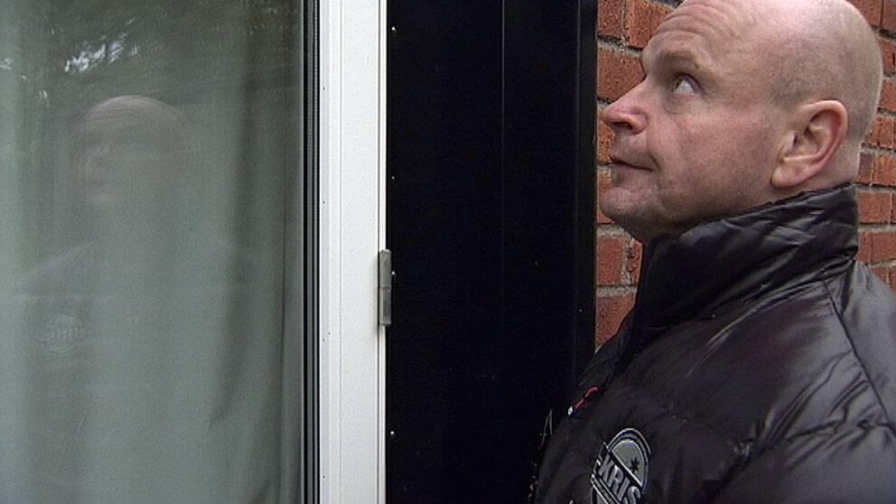 Den tidigare inbrottstjuven Sven Lönn visar hur lätt det är att ta sig in i ett hus. Foto: SVT