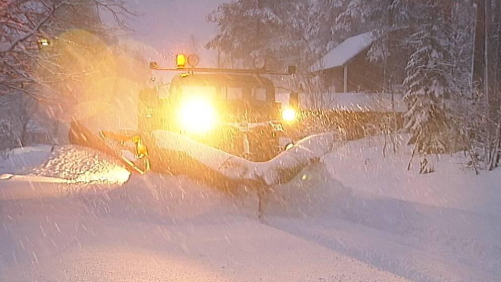 Mycket snö att ploga i Bullmark utanför Västerbotten den 2 januari.